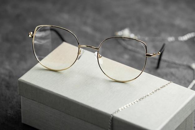 Nowoczesne Optyczne Okulary Przeciwsłoneczne Z Widokiem Z Przodu Na Szarym Biurku Izolowały Wzrok Darmowe Zdjęcia