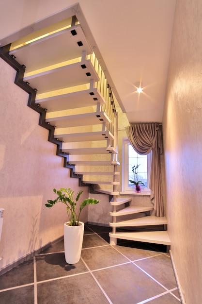 Nowoczesne schody wykonane z drewna. wnętrze domu. Premium Zdjęcia