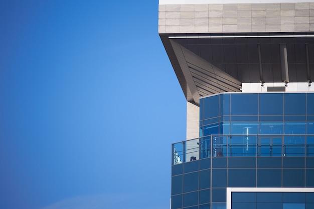 Nowoczesne szklane budynki drapacze chmur z odbiciem pochmurnego nieba. tło dzielnicy biznesowej. Premium Zdjęcia