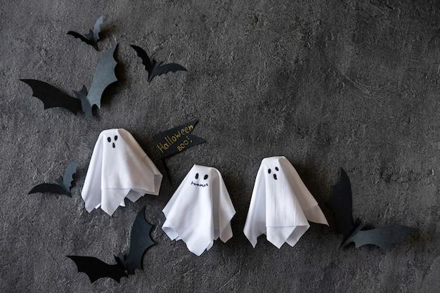 Nowoczesne Tło Halloween Z Nietoperzami I Duchami Na Ciemnym Tle Premium Zdjęcia