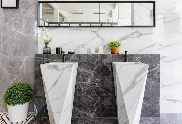 Nowocześnie Zaprojektowana łazienka Z Dwiema Umywalkami Z Czarnymi Kranami Premium Zdjęcia