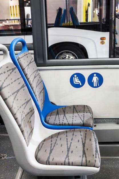 Nowoczesny Autobus Miejski Lub Autobus Z Miejscami Dla Niepełnosprawnych Premium Zdjęcia