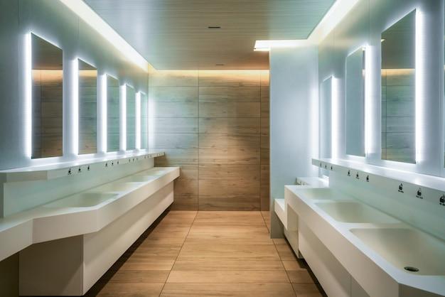 Nowoczesny Design Publicznej Toalety I Toalety. Premium Zdjęcia
