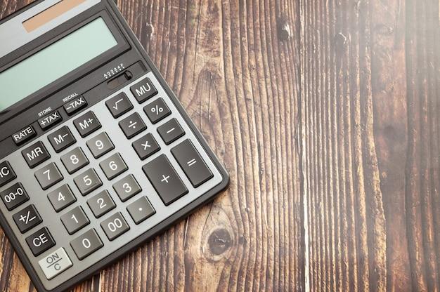 Nowoczesny kalkulator na drewnianym stole Premium Zdjęcia