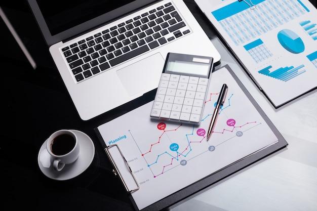 Nowoczesny Kalkulator To Notatnik I Arkusz Z Harmonogramem Obok Filiżanki Kawy Premium Zdjęcia