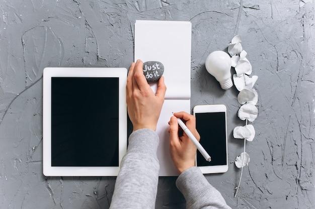 Nowoczesny Laptop, Telefon Komórkowy, Tablet, Filiżanki Kawy I Notebooka Na Szarym Tle Premium Zdjęcia