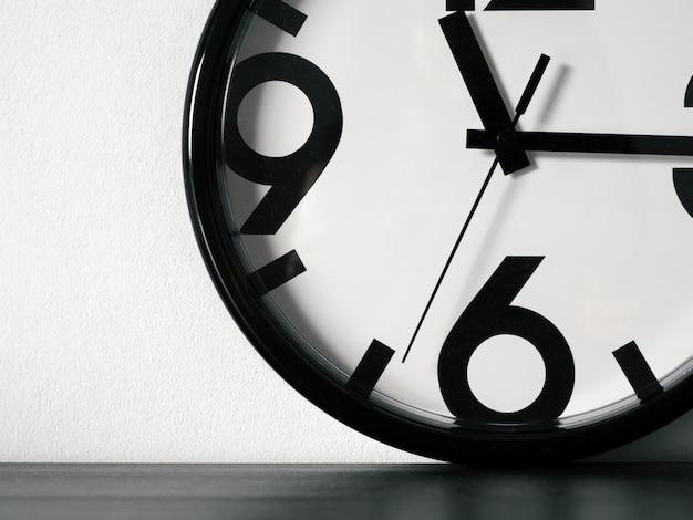 Nowoczesny minimalistyczny zegar ścienny, miejsce Premium Zdjęcia