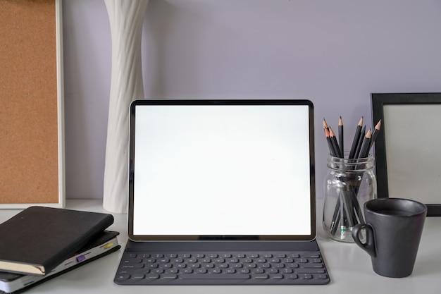 Nowoczesny obszar roboczy z makieta pusty ekran tabletu Premium Zdjęcia