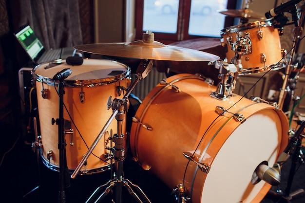 Nowoczesny Zestaw Perkusyjny Na Scenie Przygotowany Do Gry. Premium Zdjęcia