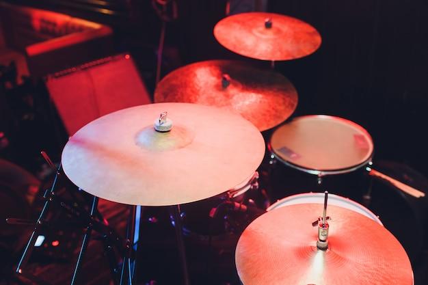 Nowoczesny Zestaw Perkusyjny Nakręcony W Zadymionym Ciemnym Studio. Premium Zdjęcia