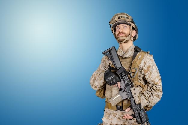 Nowoczesny żołnierz Z Karabinem Premium Zdjęcia