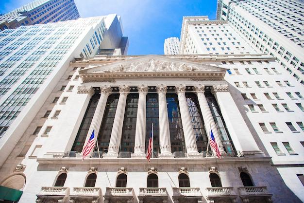 Nowojorska Giełda Papierów Wartościowych W Dzielnicy Manhattan Finance. Widok Budynku Na Niebie Premium Zdjęcia