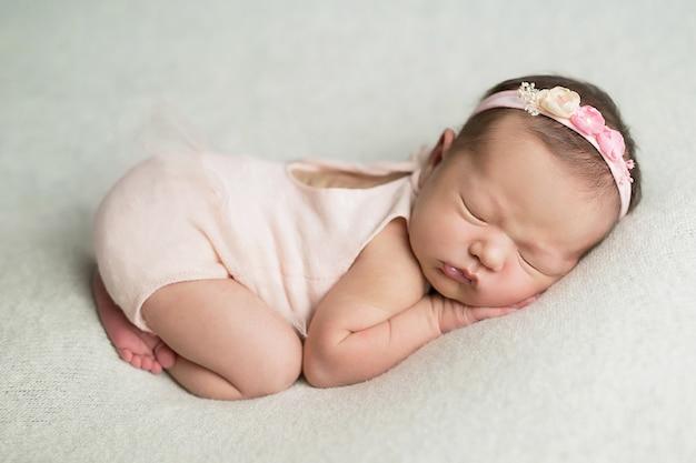 Nowonarodzona dziewczyna na bielu Premium Zdjęcia