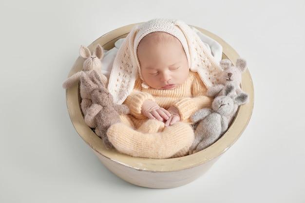 Nowonarodzony chłopiec 1 miesiąc Premium Zdjęcia
