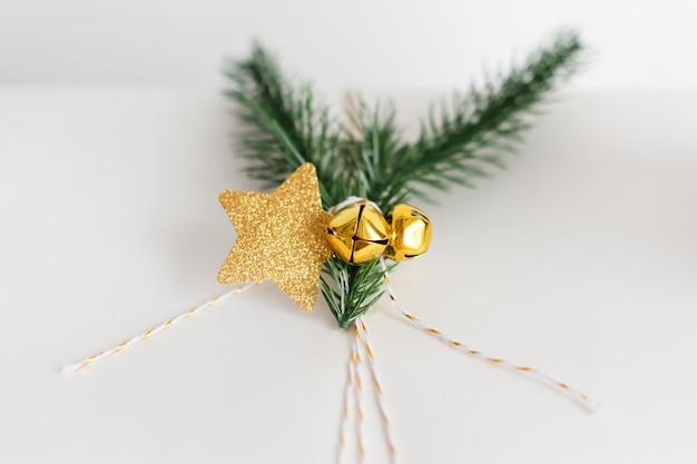 Noworoczne Opakowanie Na Prezent Ze Złotą Dekoracją Premium Zdjęcia