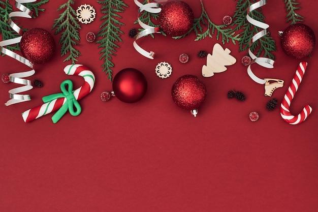 Noworoczny, świąteczny Wystrój Na Czerwonym Tle Premium Zdjęcia