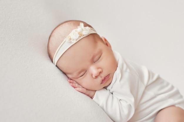 Noworodka Na Jasnym Tle Premium Zdjęcia