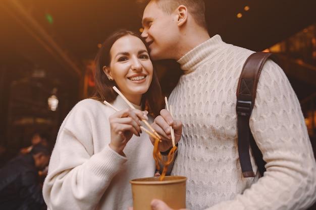 Nowożeńcy Para Jedzenia Makaronu Pałeczkami W Szanghaju Poza Rynkiem żywności Darmowe Zdjęcia
