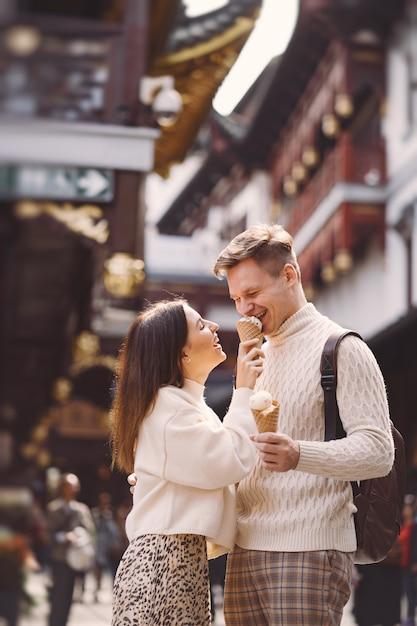 Nowożeńcy Pary łasowania Lody Od Rożka Na Ulicie W Szanghaj Blisko Yuyuan Chiny. Darmowe Zdjęcia