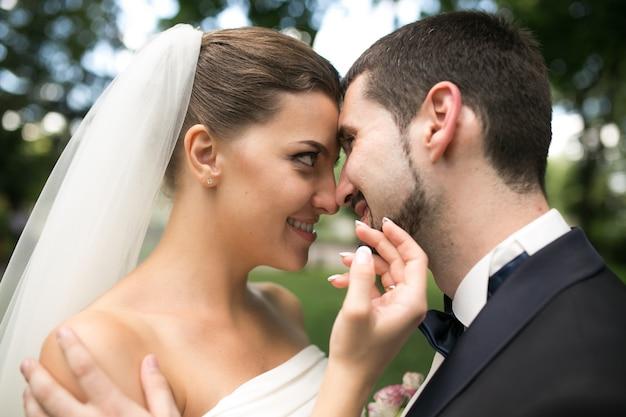 Nowożeńcy Spojrzenie Na Siebie Na Zewnątrz Darmowe Zdjęcia