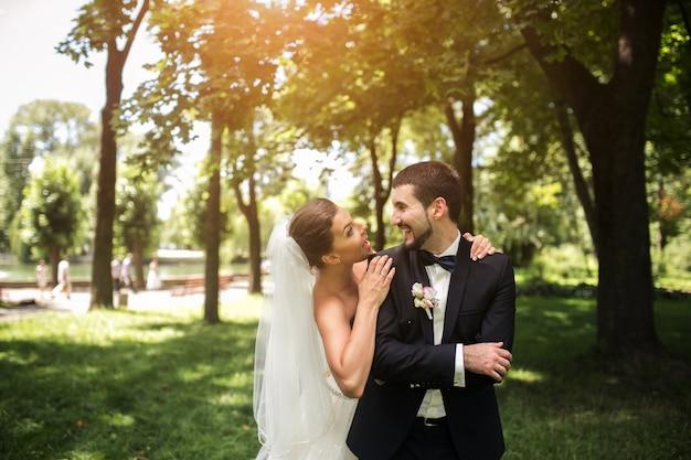 Nowożeńcy Uśmiecha Się W Parku Darmowe Zdjęcia