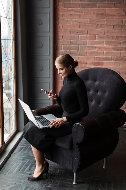 Nowożytna Kobieta Pracuje Na Laptopie Darmowe Zdjęcia