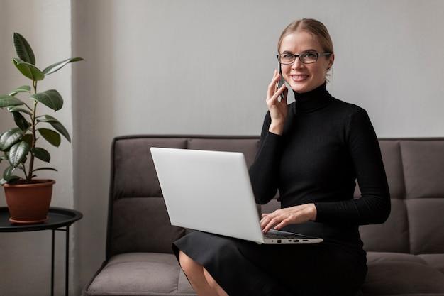Nowożytna Młoda Kobieta Opowiada Nad Telefonem Darmowe Zdjęcia