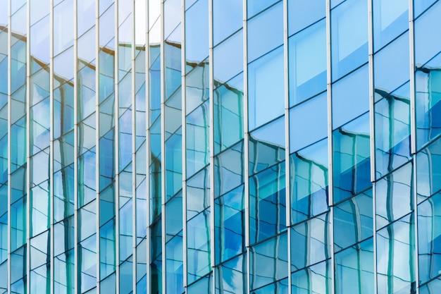Nowożytnego budynku błękitny szkło ukazuje się architektury tło. Premium Zdjęcia