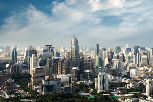 Nowożytny Budynek W Bangkok Dzielnicie Biznesu Przy Bangkok Miastem Z Linią Horyzontu, Tajlandia. Premium Zdjęcia