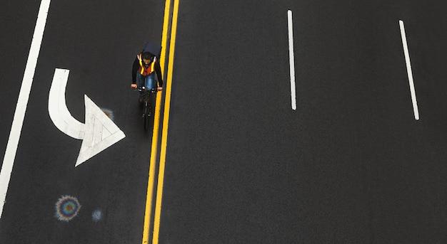 Nowy Jork, Stany Zjednoczone Ameryki - 03 Maja 2016: Oznaczenia Drogowe Na Asfalcie Na Ulicy Manhattanu W Nowym Jorku. Rowerzysta Porusza Się Po Drodze. Opalizująca Plama Benzyny Na Asfalcie Premium Zdjęcia