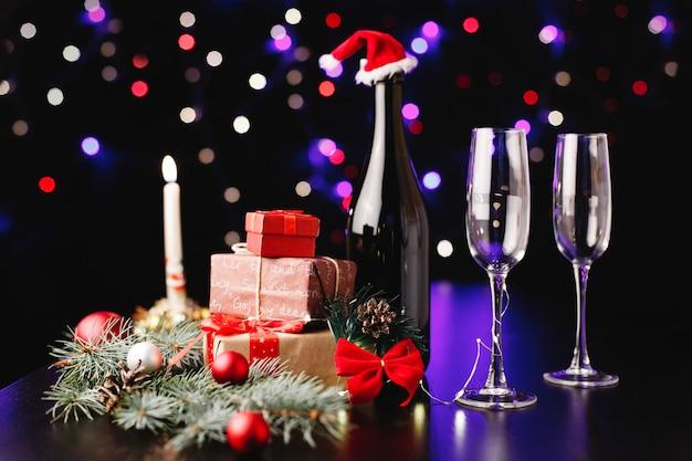 Nowy rok i świąteczny wystrój. flety szampana, małe prezenty i zielone gałęzie Darmowe Zdjęcia