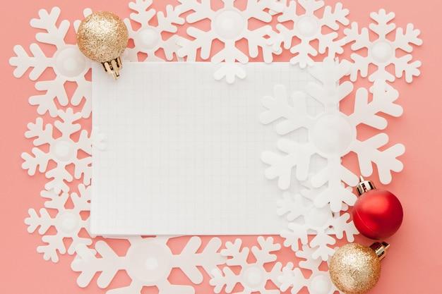 Nowy Rok . Lista Celów W Notatniku, Pudełku I świątecznej Dekoracji Na Różowym Pastelowym Kolorze Z Copyspace Premium Zdjęcia