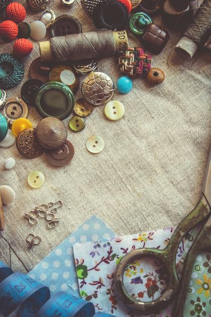 Nożyce do cięcia tkanin, wzorów, tkanin, nici i guzików. selektywna ostrość. Premium Zdjęcia