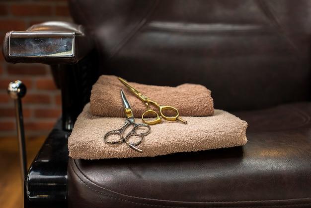 Nożyczki umieszczone na krześle haidresser Darmowe Zdjęcia