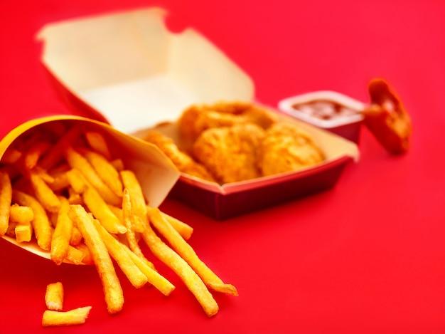 Nuggetsy Z Kurczaka I Frytki Na Czerwono Darmowe Zdjęcia