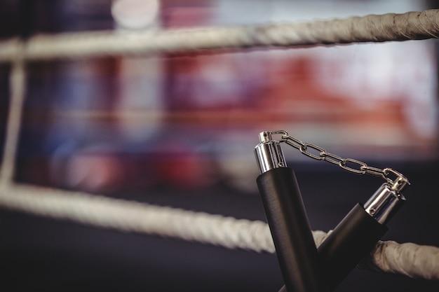 Nunchaku Umieszczony Na Ringu Premium Zdjęcia