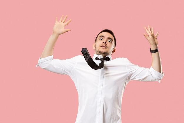Obawiam Się. Strach. Portret Przerażonego Mężczyzny. Biznes Człowiek Stojący Na Białym Tle Na Modny Róż. Portret Mężczyzny W Połowie Długości Darmowe Zdjęcia