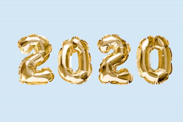 Obchody Szczęśliwego Nowego Roku 2020. Balony Złotej Cyfry 2020 Na Białym Tle Na Niebieskim Tle Premium Zdjęcia