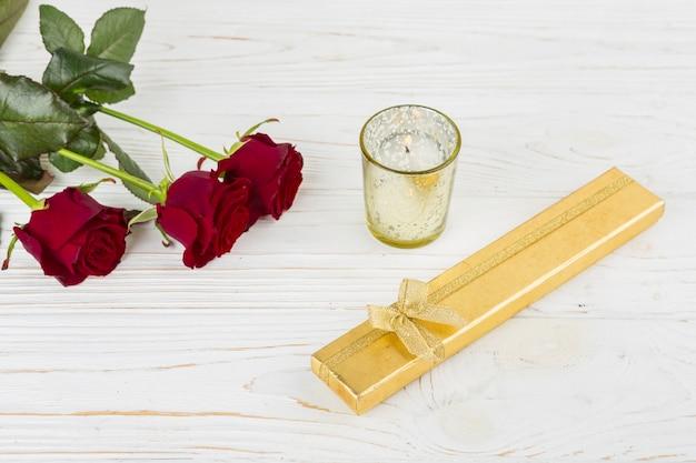 Obecne Pudełko W Pobliżu świecy I Kwiatów Darmowe Zdjęcia