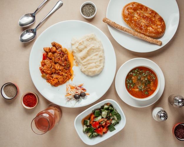 Obiad Zestaw Chocan Salat Mięso Barszczowe Z Puree Ziemniaczanym Widok Z Góry Darmowe Zdjęcia