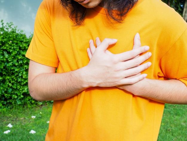 Objawy Bólu W Klatce Piersiowej Związane Z Chorobami Serca Lub U Osób Z Ostrym Zawałem Serca. Premium Zdjęcia