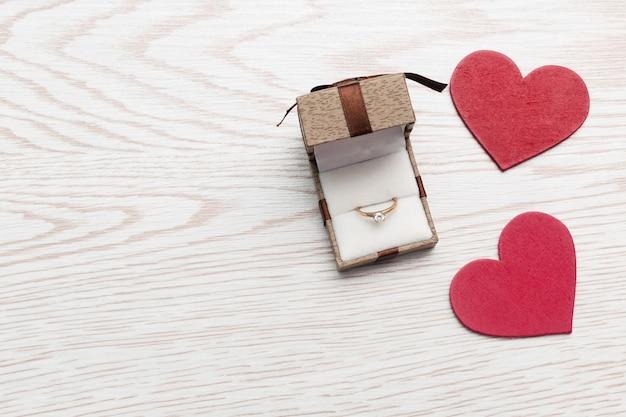 Obrączka Złota W Pudełku Na Białym Tle Drewnianych. Walentynki, Zaręczyny, Rocznica, Małżeństwo, ślub, Koncepcja Miłości. Premium Zdjęcia