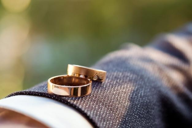 Obrączki ślubne. symbole ślubne szczegóły ślubu pana młodego. Premium Zdjęcia