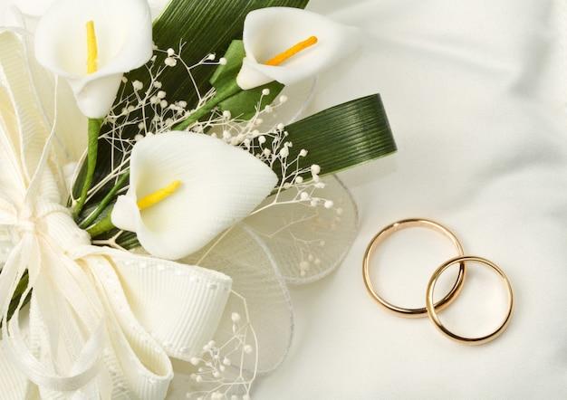 Obrączki ślubne z bukietem kalii Premium Zdjęcia