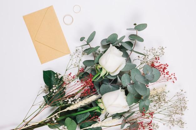 Obrączki ślubne Z Bukietem Kwiatów Darmowe Zdjęcia