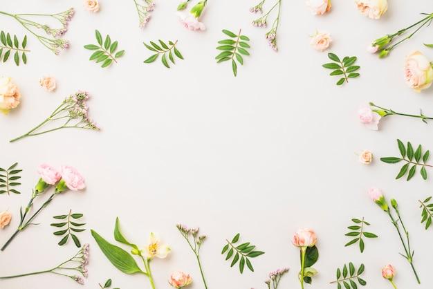 Obramowanie Z Różnych Kwiatów I Liści Premium Zdjęcia