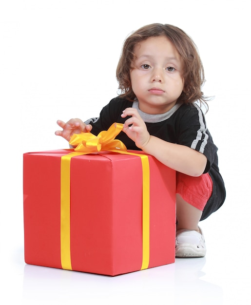 Obraz Chłopca Z Dużym Pudełku Na Białym Tle Nad Białym Backround Premium Zdjęcia