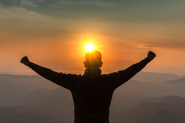 Obraz Jest Sylwetką. Męska Podróż Widok Górski Przy Wschodem Słońca Szczęśliwym. Premium Zdjęcia