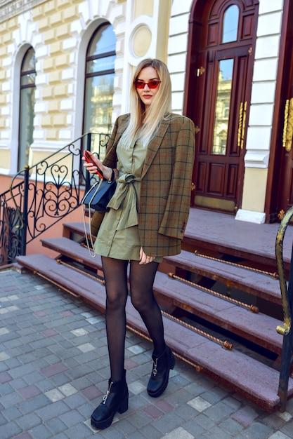 Obraz Mody Outdoorowej Oszałamiającej Blond Modelki Pozującej Na Paryskiej Ulicy, Modny Strój Z Przewymiarowaną Nowoczesną Kurtką, Jesienna Wiosna W środku Sezonu, Ciepłe Stonowane Kolory. Darmowe Zdjęcia