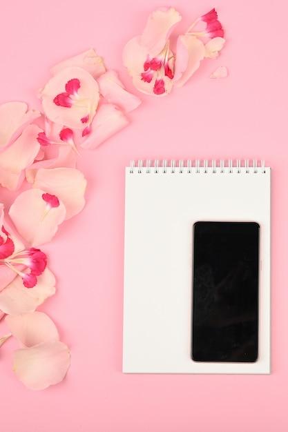 Obraz Na Blogu Dla Kobiet. Mieszkanie Leżało Z Kwiatami, Notatnikiem, Smartfonem I Ołówkiem Na Papierze Premium Zdjęcia